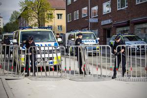 Polisen sätter upp kravallstaket, eller skyddsstaket som är den korrekta benämningen, runt Järntorget.