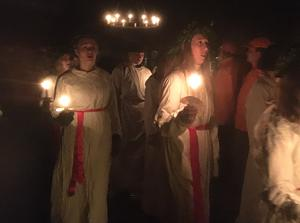 Gymnasieelever från Musikkonservatoriet i Falun ger fem Luciaföreställningar i gruvan.