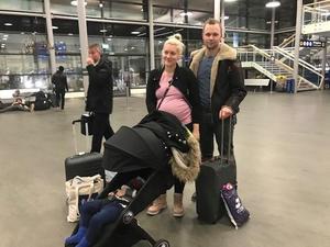 Sofie Palm och Pontus Rudbo med barn hade hälsat på i Sundsvall och var på väg hem till Göteborg – när de istället hamnade i Luleå. Bild: Privat