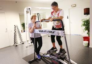 Janita Runudde tränar balans och rörlighet och Eva Söder, som driver gymet, coachar.