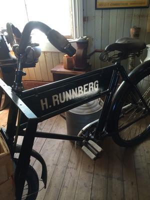 Springsjasen gjorde reklam för Runnbergs Diversehandel på cykeln.
