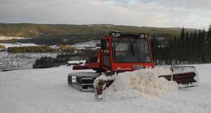 Den sista snön skjuts ut i backen inför fredagens premiär.