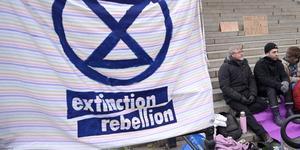 Extinction Rebellion, en rörelse som förra veckan påbörjade en global hungerstrejk. Medlemmar från den svenska grenen samlades utanför riksdagen. Foto: Janerik Henriksson, TT.