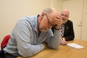 SD-politikerna Benny Rosengren och Fredrik Trygg är bekymrade. De uppmanar föräldrar som får vänta på barnomsorgsplats längre än fyra månader att anmäla kommunen.
