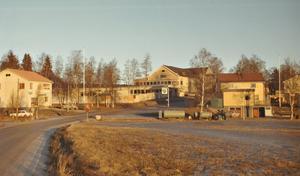 Strömsborg sett nedifrån upp mot det som kallades Holshögen. I förgrunden låg Fröléns BP-mack. Foto: familjen Grundström