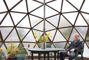 Den geodetiska kupolen är sinnrik självbärande konstruktion – lätt med ändå stark. Känslan när man sitter inuti är väldigt speciell, liksom akustiken.