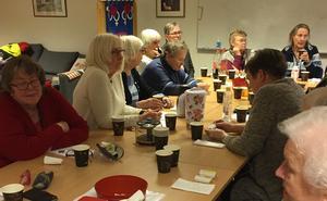 Ivrigt diskuterande på S-kvinnors möte. Foto: Annakari Berglund
