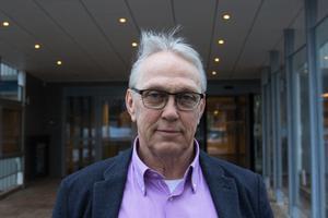 Leif Eriksson, gatuchef på Norra Västmanlands Kommunalteknikförbund, lugnar efter asfaltsbränderna. Det finns varken någon spridningsrisk eller några gifter i röken.