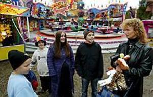 Foto: LEIF JÄDERBERG Sista chansen. Familjen Bleckert tog igår sista chansen att gå på tivoli innan vintern kommer. På bilden syns Hampus, Christian, Caroline, Sebastian och Susanne.