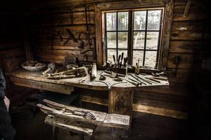 I Smedjan visade skogsfinnarna skin skicklighet. Här tillverkades verktyg av allehanda slag. I förgrunden den speciella finnplogen, där man med ett enkelt handgrepp kunde ändra hur djupt plogen skulle skära i marken.