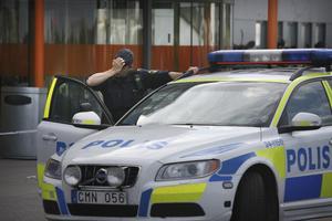 Tuff  dag  för  många. Ett hundratal poliser arbetade i går med Ikeamordet. Både Ikea och Erikslund Shopping Center stängde efter dådet.