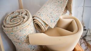 Det går åt en hel del tyg när man klär om möbler. Och inte bara det tyg som ska sitta ytterst - det skall fodras också.