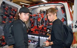 Fordonseleverna Oskar Andersson och Emil Stenqvist konstaterar att det är dyrt med verktyg.