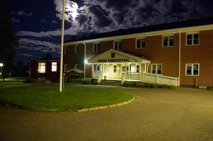 Apoteket Lavskrikan vid vårdcentralen i Särna stängs den 20 juni. Riksdagsledamoten Patrik Engström från Avesta vill att regeringen agerar.