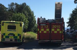 Både räddningstjänst och ambulans var på plats vid sjön.