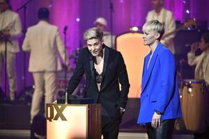 Lina Hurtig och Nilla Fischer representerade damlandslaget i fotboll som prisades på QX-galan för VM-bronset i fjol. Foto: Jessica Gow/TT
