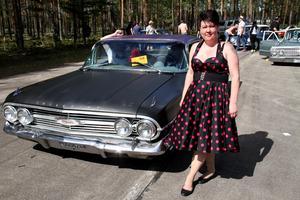 Rocabillytjejen Eva-Lena Grubb, från Ljusdal, hade suttit i solen i entrén under dagen – här står hon intill  Per-Johan Perssons Chevrolet Impala, 1960, som utsågs till