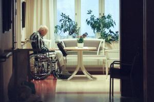 Glöm inte bort de ensamma under krisen. Låt ingen sitta alldeles utan uppmärkamhet, skriver Leif Persson och Anders Granbom. Foto: Lars Pehrson