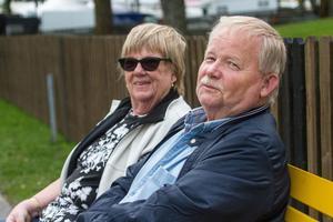 Gittan och Bengt Lilja hade slagit sig ned på en bänk med sina kokosbollar.