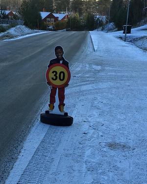 Foto: Privat   Skylten i Segersäng skulle uppmärksamma trafikanter på att det finns barn i området.