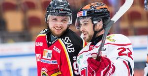 Robin Kovacs och Jonathan Andersson i samspråk under ett möte i Luleå 2018. Nu återförenas de två i Örebro Hockey. Bild: Simon Eliasson/Bildbyrån