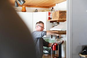 – Det är inte optimalt att såga sönder ett furubord och göra bänkskivor av det i köket, men de är definitivt gratis, eftersom bordet stod kvar från förra ägarna. Men det är snyggt och så får jag leva med att de kanske måste bytas om några år, säger Håkan Littzell.