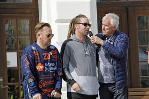 """Curre Lundmark intervjuade bland andra Mathias """"Bissen"""" Larsson och Per Granberg från scenen framför Rådhuset."""