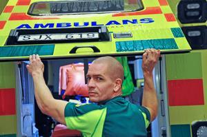Chefen Fredrik Arenstig är själv utbildad ambulanssjuksköteska och fösöker i mån av tid jobba ute på fältet.