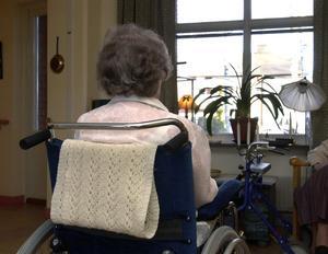 Den som bor på ett vård- och omsorgsboende  har personal i  sin närhet dygnet runt, men kan inte ha tillgång till anställda hela tiden, enligt sektionschefen. Arkivbild
