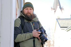 Det startade med att Björn Dahlfors ville lära sig mer om Nora. Då började han fotografera i Nora. Nu har han startat ett vykortskonto från Nora på instagram.