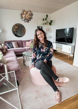 Från shabby-chic till rosa och modernt. Det nya huset och Instagramkontor inspirerade Malin till en ny inredning.
