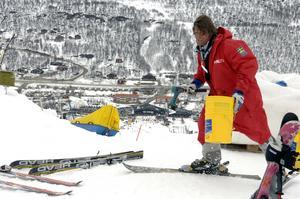 Jens Wilhelmsson i den roll han älskar, som tävlingsledare för en av många tävlingar. Men nu blir det fullt fokus på att driftsätta Idre Himmelfjäll. Den första stora skidanläggningen att öppnas de senaste 30 åren.