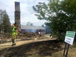Allt som återstår av husen är utbrända ruiner, och Till Salu-skylten.