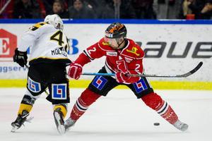 Rasmus Rissanen ådrog sig ett matchstraff för Örebro. Som sedan föll mot Skellefteå. Bild: Johan Bernström/Bildbyrån