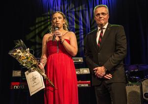 Anna-Linnea Löfgren fick det första domarpriset för kvällen, stipendiet Panas minnesfond som tilldelas en lovande domare.