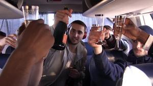 Axelsson firade avancemanget till ligan tillsammans med lagkamraterna på bussen hem till Köping.