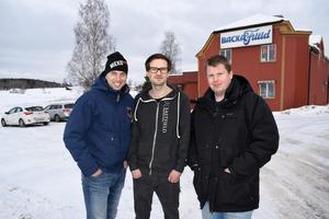Jonas Henninger, till vänster, tillsammans med barndomskompisen Anders Jansson till höger. I mitten står Tomas Norberg som är anställd.