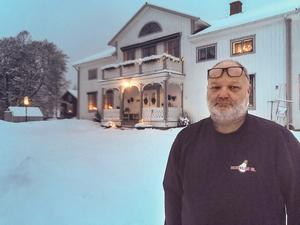 Bild: PrivatGöte Norell framför släktgården i Älandsbro som han övertog för 25 år sedan.