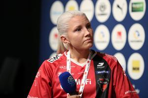 Anna Wijk greppade mikrofonen under torsdagens upptaktsträff inför SSL-premiären om knappt två veckor. Foto: Per Wiklund/Svensk innebandy
