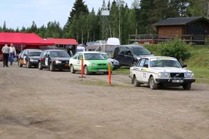 Ett 60-tal förare deltog under helgens Svenska sprintserie på Laxå motorstadion. Tävlingen går både på grus och asfalt. Första bilen är på väg till start i träningen.
