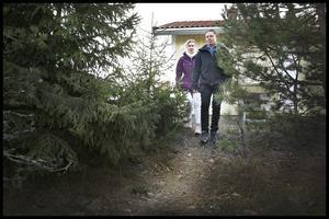 Den 17 februari 2018 låg snön tjock när  Fredrik och Alexandra rusade ner för den lilla stigen som leder ner till deras granne.