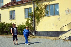 Företagaren Katarina Nilsson Ödmark och det tidigare vårdbiträdet Gerd Johansson utanför Boda Borg.