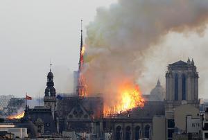 Under måndagsnatten kom beskedet att branden i Notre-Dame är under kontroll. Det kan dock fortsätta brinna i flera dagar framöver.