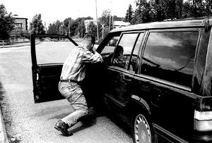 Bild från polisens förundersökning. Polisen Olavi Blomfjord visar under en rekonstruktion hur det gick till när de sköt Mattias Flink.