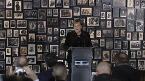 Angela Merkel talar till Förintelsens överlevare i Auschwitz-Birkenau. Foto: Czarek Sokolowski/AP Photo