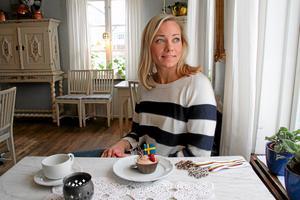 Frida på plats på Elsa Andersons Konditori hemma i Norberg tillsammans med VM-bronset. Här även med en egen Hansdotterbakelse. Foto: FP/arkiv