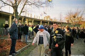 AIK-supportrar på väg förbi Eyravallen entré 1999. Fotograf:  Henning Jonsson (Bildkälla: Örebro stadsarkiv)