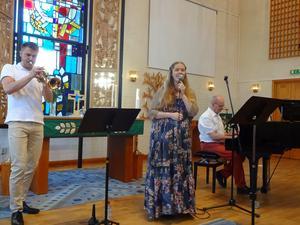 """Lina Sundqvist, den välsjungande kantorn i Gullängets kyrka, satte pricken över i då hon sjöng """"Vilken underbar värld"""" som avslutning på kvällen till tonerna av Lukas Johanssons trumpet och Anders Bergquists flygel."""