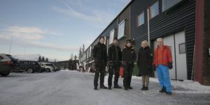 Anton Håkansson, Tony Arnqvist, Simon Eriksson har jobbat med solpanelerna som nu sitter på Inger Olofsson och Håkan Olofssons fastighet i Såå.