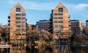 Omställningen till ett fossilfritt Sverige kräver at fler bostäder byggs av trä, skriver debattörerna.